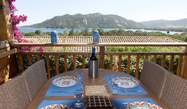 Une belle terrasse et une belle table